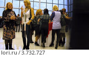 Женщины стоят за столами на Wella Trend Vision Award 2010 (тайм лапс) Редакционное видео, видеограф Losevsky Pavel / Фотобанк Лори