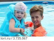 Брат с сестричкой  купаются в бассейне. Стоковое фото, фотограф Николай Мухорин / Фотобанк Лори