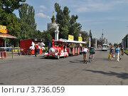 Купить «Люди гуляют по ВВЦ. Москва», эксклюзивное фото № 3736059, снято 3 августа 2012 г. (c) lana1501 / Фотобанк Лори