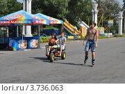 Купить «Люди гуляют по ВВЦ. Москва», эксклюзивное фото № 3736063, снято 3 августа 2012 г. (c) lana1501 / Фотобанк Лори
