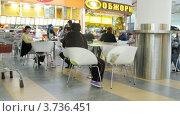 Купить «Люди обедают в гипермаркете Ашан(таймлапс)», видеоролик № 3736451, снято 30 мая 2011 г. (c) Losevsky Pavel / Фотобанк Лори