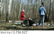 Купить «Мальчик и девочка собирают в пакеты мусор в лесу, таймлапс», видеоролик № 3736527, снято 2 июня 2011 г. (c) Losevsky Pavel / Фотобанк Лори