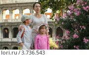 Купить «Мама рассказывает что-то детям. стоя у стен Колизея в Италии», видеоролик № 3736543, снято 7 апреля 2006 г. (c) Losevsky Pavel / Фотобанк Лори