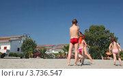 Купить «Молодая женщина в бикини играет в жмурки с детьми на песочном пляже», видеоролик № 3736547, снято 8 апреля 2006 г. (c) Losevsky Pavel / Фотобанк Лори