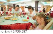 Купить «Семья из трех человек завтракает  за столиком в кафе», видеоролик № 3736587, снято 14 апреля 2006 г. (c) Losevsky Pavel / Фотобанк Лори