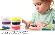 Купить «Девочка играет с пластилином», видеоролик № 3737027, снято 9 мая 2011 г. (c) Losevsky Pavel / Фотобанк Лори