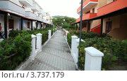 Купить «Дорожка между зданиями на территории отеля», видеоролик № 3737179, снято 4 июня 2011 г. (c) Losevsky Pavel / Фотобанк Лори