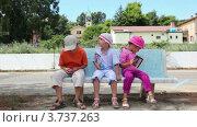 Купить «Трое детей сидят на скамейке», видеоролик № 3737263, снято 18 мая 2011 г. (c) Losevsky Pavel / Фотобанк Лори