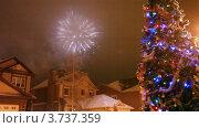 Купить «Салют в ночном небе над домами», видеоролик № 3737359, снято 16 июля 2011 г. (c) Losevsky Pavel / Фотобанк Лори