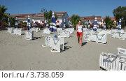 Купить «Женщина идет по песку мимо шезлонгов», видеоролик № 3738059, снято 25 мая 2011 г. (c) Losevsky Pavel / Фотобанк Лори
