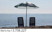 Купить «Два пустых шезлонга стоят на пляже под зонтиком», видеоролик № 3738227, снято 13 июня 2011 г. (c) Losevsky Pavel / Фотобанк Лори