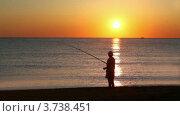 Купить «Человек стоит в морской воде и рыбачит», видеоролик № 3738451, снято 19 июня 2011 г. (c) Losevsky Pavel / Фотобанк Лори