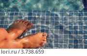 Купить «Две ноги плещутся в бассейне», видеоролик № 3738659, снято 24 июня 2011 г. (c) Losevsky Pavel / Фотобанк Лори