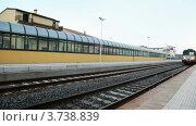 Купить «Поезд подъезжает к платформе на железнодорожном вокзале», видеоролик № 3738839, снято 16 июля 2011 г. (c) Losevsky Pavel / Фотобанк Лори