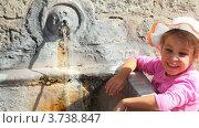 Купить «Вода течет из источника в старой стене, девочка стоит рядом», видеоролик № 3738847, снято 26 июня 2011 г. (c) Losevsky Pavel / Фотобанк Лори