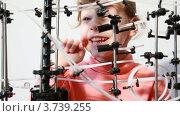 Купить «Маленькая девочка смотрит на головоломку-лабиринт», видеоролик № 3739255, снято 5 июня 2011 г. (c) Losevsky Pavel / Фотобанк Лори