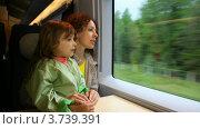 Купить «Мать с дочерью едут в скоростном поезде и смотрят в окно», видеоролик № 3739391, снято 29 апреля 2011 г. (c) Losevsky Pavel / Фотобанк Лори