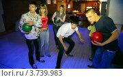 Купить «Шесть друзей стоят с шарами в руках и ждут своей игры в боулинг», видеоролик № 3739983, снято 24 июня 2011 г. (c) Losevsky Pavel / Фотобанк Лори