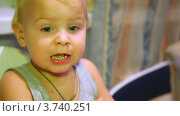Купить «Мать кормит ребенка прекрасным ужином», видеоролик № 3740251, снято 24 июня 2011 г. (c) Losevsky Pavel / Фотобанк Лори