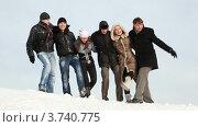 Купить «Группа друзей стоят на снегу в обнимку», видеоролик № 3740775, снято 2 мая 2011 г. (c) Losevsky Pavel / Фотобанк Лори