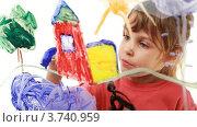 Купить «Девочка рисует картину на прозрачном  стекле», видеоролик № 3740959, снято 14 мая 2011 г. (c) Losevsky Pavel / Фотобанк Лори