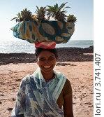Купить «Индийская девушка продает фрукты на берегу океана», фото № 3741407, снято 18 января 2012 г. (c) Victoria Demidova / Фотобанк Лори