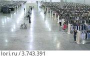 Купить «Люди, идущие по выставке-продаже одежды, тайп лапс», видеоролик № 3743391, снято 7 июня 2011 г. (c) Losevsky Pavel / Фотобанк Лори