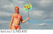 Купить «Женщина держит игрушку, которая вращается на фоне неба», видеоролик № 3743415, снято 20 мая 2011 г. (c) Losevsky Pavel / Фотобанк Лори