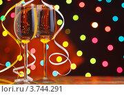 Два бокала вина на фоне праздничных огней и серпантина. Стоковое фото, фотограф Gerasimova Inga / Фотобанк Лори
