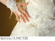 Рука невесты с обручальным кольцом и свадебное платье. Стоковое фото, фотограф Алексей Казнадей / Фотобанк Лори