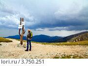 Купить «В какую сторону идти? Человек стоит перед указателями», фото № 3750251, снято 23 мая 2012 г. (c) Анна Лурье / Фотобанк Лори