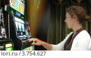 Купить «Женщина, сидящая у игровых автоматов в казино, тайм лапс», видеоролик № 3754627, снято 13 августа 2011 г. (c) Losevsky Pavel / Фотобанк Лори