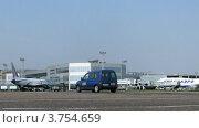 Купить «Самолет Трансаэро стоит в аэропорту Домодедово», видеоролик № 3754659, снято 26 сентября 2011 г. (c) Losevsky Pavel / Фотобанк Лори