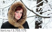 Купить «Девушка в капюшоне с мехом смотрит на снег в зимнем лесу», видеоролик № 3755175, снято 18 октября 2011 г. (c) Losevsky Pavel / Фотобанк Лори