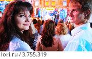 Купить «Молодая пара на съемках Рождество ТВ шоу», видеоролик № 3755319, снято 25 ноября 2011 г. (c) Losevsky Pavel / Фотобанк Лори