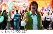 Купить «Женщина танцует на новогоднем празднике в студии ТВ», видеоролик № 3755327, снято 4 декабря 2011 г. (c) Losevsky Pavel / Фотобанк Лори