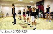 Купить «Девочки занимаются с учителем балета Жаровой Светланой в Центре отдыха», видеоролик № 3755723, снято 4 ноября 2011 г. (c) Losevsky Pavel / Фотобанк Лори
