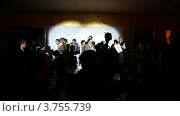 Купить «Люди в проекторе света на премии Рунет», видеоролик № 3755739, снято 1 ноября 2011 г. (c) Losevsky Pavel / Фотобанк Лори