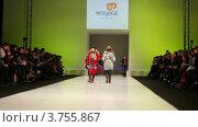 Купить «Показ детской зимней одежды», видеоролик № 3755867, снято 9 сентября 2011 г. (c) Losevsky Pavel / Фотобанк Лори