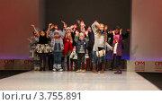 Купить «Дети машут руками, одетые в зимнюю одежду от Mayoral Collection», видеоролик № 3755891, снято 9 сентября 2011 г. (c) Losevsky Pavel / Фотобанк Лори