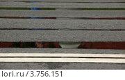 Купить «Люди бегут в двух направлениях по асфальту», видеоролик № 3756151, снято 3 октября 2011 г. (c) Losevsky Pavel / Фотобанк Лори