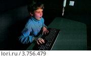 Купить «Мальчик играет в видео игры на большом экране с клавиатурой», видеоролик № 3756479, снято 22 декабря 2011 г. (c) Losevsky Pavel / Фотобанк Лори