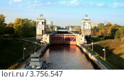 Корабль перед воротами шлюза №8 на Московском водоканале (2011 год). Стоковое видео, видеограф Losevsky Pavel / Фотобанк Лори
