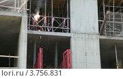 Купить «Работник варит металлические перила», видеоролик № 3756831, снято 26 августа 2011 г. (c) Losevsky Pavel / Фотобанк Лори