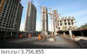 Купить «Рабочие строят каркас будущего здания», видеоролик № 3756855, снято 30 августа 2011 г. (c) Losevsky Pavel / Фотобанк Лори