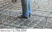 Купить «Рабочий скрепляет металлический каркас», видеоролик № 3756859, снято 24 августа 2011 г. (c) Losevsky Pavel / Фотобанк Лори