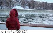 Купить «Женщина на зимней водной прогулке», видеоролик № 3756927, снято 17 сентября 2011 г. (c) Losevsky Pavel / Фотобанк Лори