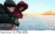 Купить «Мать с сыном на зимней водной прогулке», видеоролик № 3756935, снято 19 сентября 2011 г. (c) Losevsky Pavel / Фотобанк Лори
