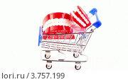 Купить «Игрушечные челюсти в корзине покупателя на белом фоне», видеоролик № 3757199, снято 18 октября 2011 г. (c) Losevsky Pavel / Фотобанк Лори