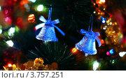 Купить «Игрушечные колокольчики висят на ветках новогодней елки, переливающейся огнями», видеоролик № 3757251, снято 30 сентября 2011 г. (c) Losevsky Pavel / Фотобанк Лори